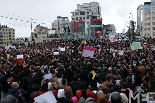 Manifestazione degli insegnanti palestinesi a Ramallah (foto da Middle East Eye)