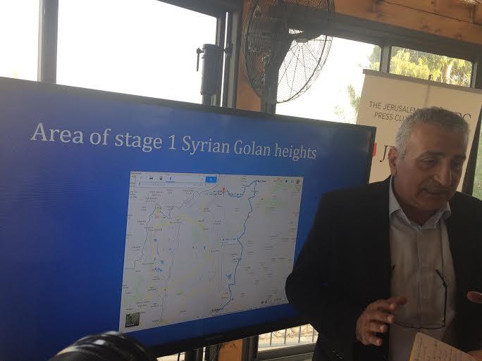 """Al Labwani illustra il suo piano per una """"zona sicura"""" tra la Siria e il Golan occupato (foto Michele Giorgio)"""
