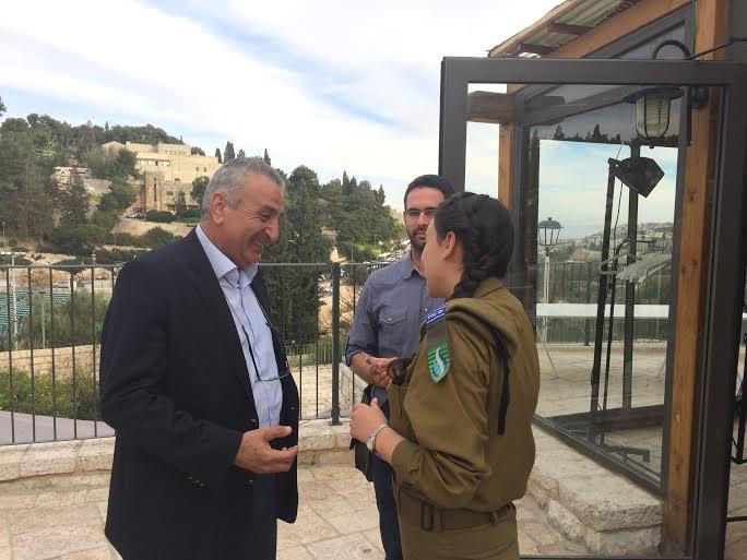 Kamal al Labwani conversa con una soldatessa israeliana (foto Michele Giorgio)