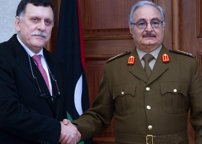 Il premier designato Sarraj con il capo dell'esercito di Tobruk Haftar (Fonte: thearabweekly.com)