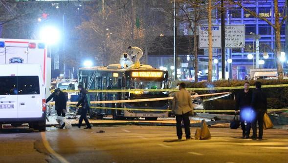 La scientifica indaga sul luogo dell'attentato di ieri ad Ankara