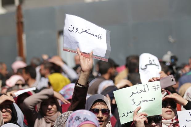 """In arabo: """"Continuiamo""""(sinistra), """"L'insegnante è una roccia"""" (in basso a sinistra), """"Basta"""" (in alto a sinistra)"""