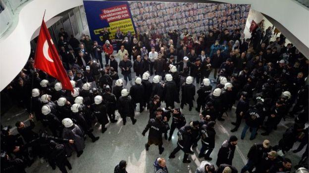 Polizia turca entra nella sede del quotidiano Zaman, 4 marzo 2016