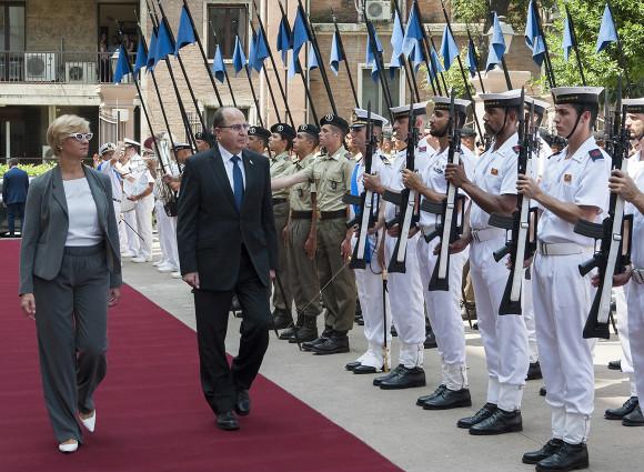 Il ministro della Difesa italiano Pinotti insieme all'israeliano Moshe Yaalon (Fonte: Moked)