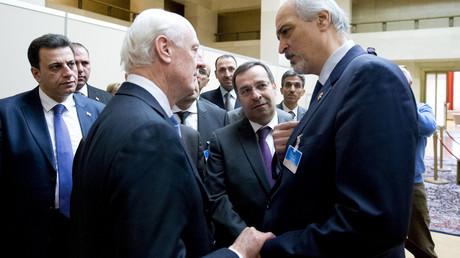 L'inivato Onu de Mistura con l'ambasciatore siriano alle Nazioni Unite al-Jaafari (Foto: Jean-Marc Ferre/Reuters)