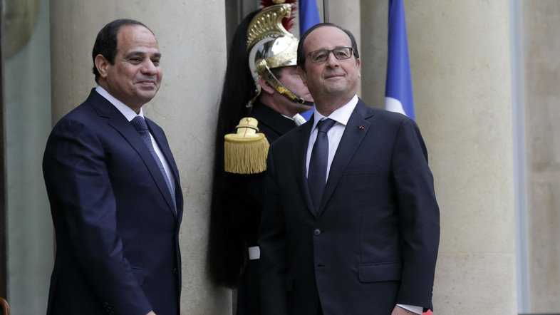 Il presidente egiziano al-Sisi (sinistra) e il presidente francese Hollande (destra) nell'incontro di ieri al Cairo. (Foto: Reuters)