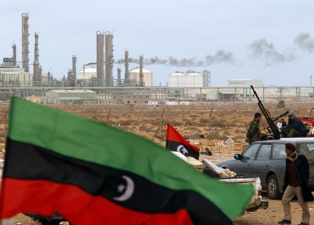 Raffineria di petrolio in Libia controllata da un gruppo di ribelli libici (Foto: Goran Tomasevic/Reuters)