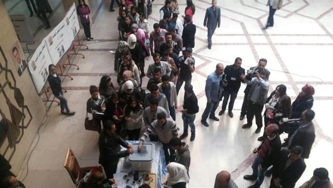 Siriani in fila per votare in un seggio a Homs (Fonte: Press Tv)