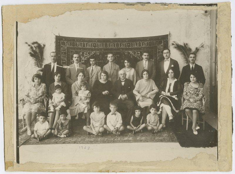 La famiglia Spridon Sarouf, Jaffa 1928 (Foto: album di famiglia di Abla e Alfred Tubasi/The Palestinian Museum)