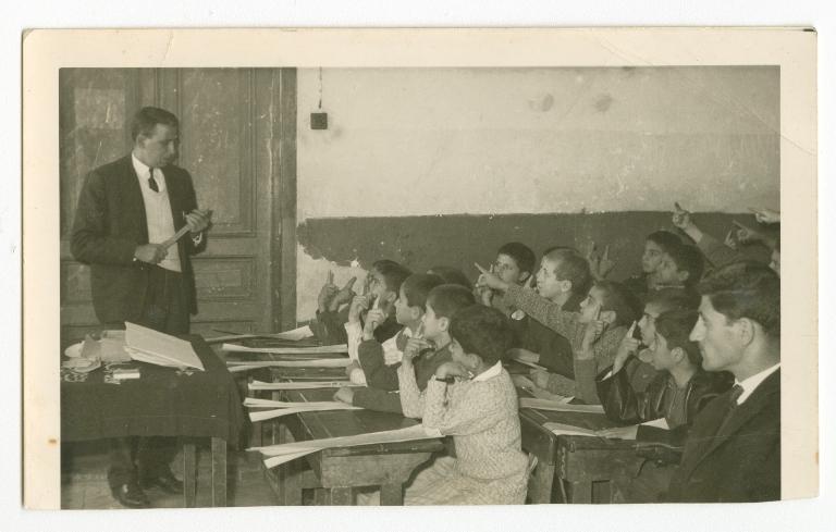 Studenti della Amiryeh school a Nablus, 1964 (Foto: dall'album di famiglia di Saadeh Irshaid/The Palestinian Museum)