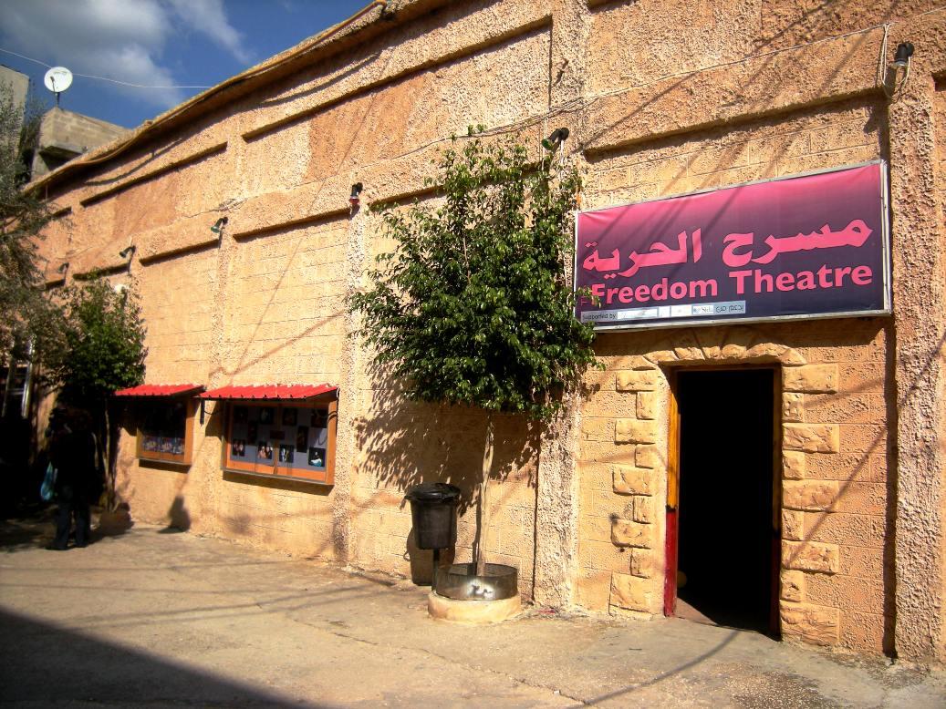 L'ingresso el Freedom Theatre nel campo profughi di Jenin (Foto: Chiara Cruciati/Nena News)