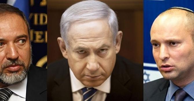 Da sinistra a destra: Avigdo, Benjamin Netanyahu (Likud), Naftali Bennet (Casa Ebraica)