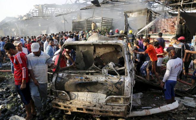 L'attacco di ieri contro un mercato di Baghdad (Foto: Reuters)