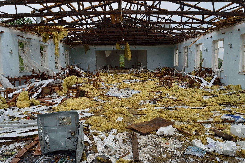 La scuola di Talish colpita da razzi Grad.  Foto di Simone Zoppellaro