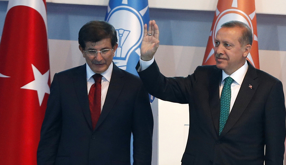 Il premier dimissionario Davutoglu e il presidente turco Erdogan (Foto Reuters/Umit Bektas)