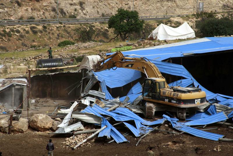 Un'immagine di archivio: una struttura Ue demolita a Hebron (Foto: Mamoun Wazwaz/Apa images)