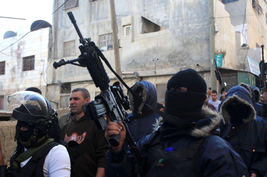 Palestinesi armati nel campo profughi di Qalandiya. Foto Flash 90