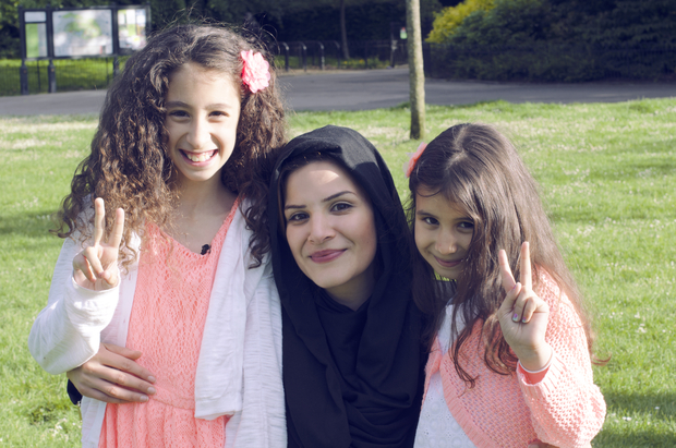 Le sorelle Nimah e Sofia con la regista Hoda Yahya Elsoudani)