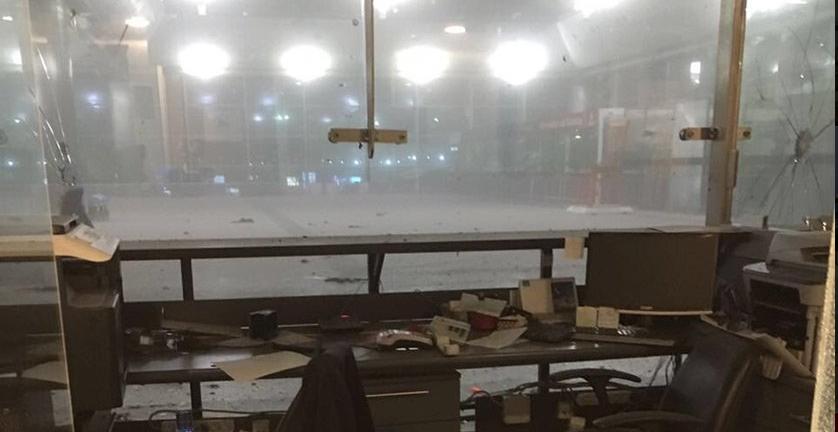 L'interno dell'aeroporto colpito dall'esplosione (Fonte: Twitter)