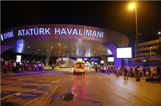 L'aeroporto Ataturk di Istanbul dopo l'attacco (Fonte: hurriyetdailynews.com)