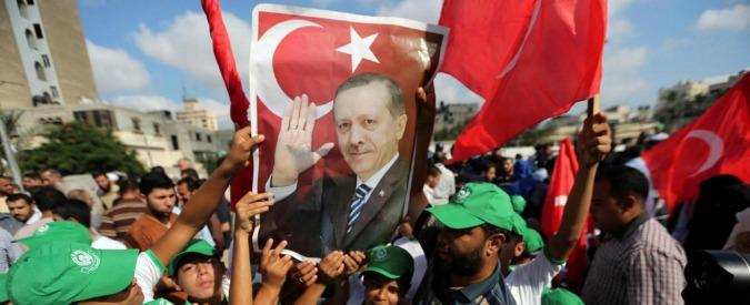 Manifestanti celebrano il presidente Erdogan
