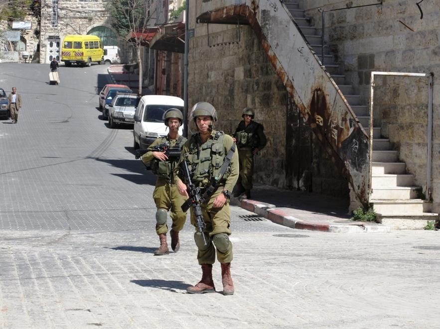 Soldati israeliani a Hebron (Foto: Chiara Cruciati/Nena News)