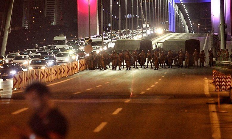 Soldati turchi bloccano il ponte sul Bosforo. (Foto: Getty Images)