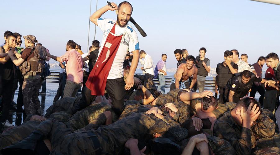 Soldati picchiati dalla folla in Turchia (Fonte: www.infostormer.com)