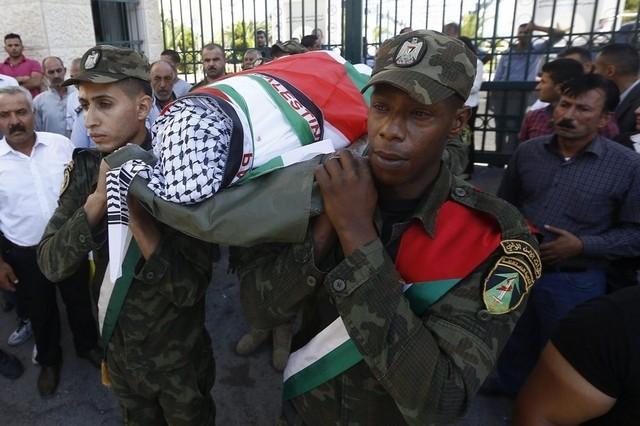 I funerali di uno degli agenti palestinesi rimasti uccisi a Nablus (foto Alaa Badarneh / EPA)