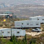 I coloni di Amona lasciano terre palestinesi per occuparne altre