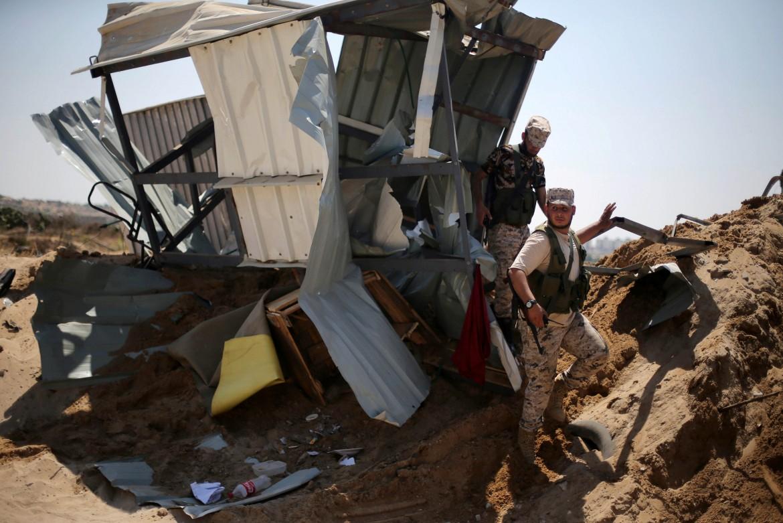 Forze di sicurezza di Hamas in uno dei siti del nord della Striscia bombardati il 22 agosto da Israele.()Foto Reuters/Ibraheem Abu Mustafa)