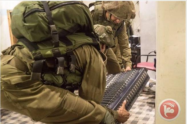 Il raid notturno alla radio palestinese al-Sanabel (Foto: Ma'an News)