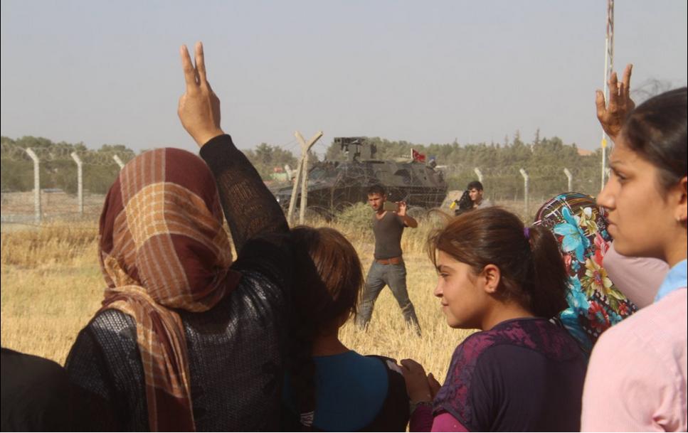 La gente di Kobane protesta alla frontiera la costruzione del muro da parte della Turchia (Foto: Twitter)