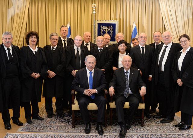 Il premier Netanyahu (sinistra in basso) e il Presidente Rivlin (destra in basso) con i giudici della Corte Suprema israeliana