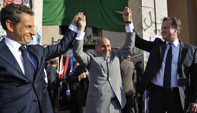 L'ex presidente francese Sarkozy, l'allora premier ad interim libico Mustafa Abdul Jalil e David Cameron, a Bengazi nel settembre 2011. Fonte: Daily Mail