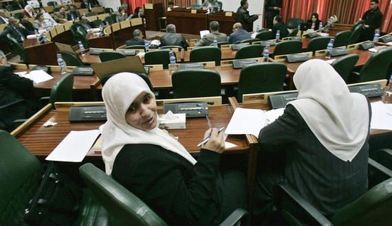 Due donne elette al Consiglio Legislativo Palestinese (Foto: Reuters/Loay Abu Haykel)