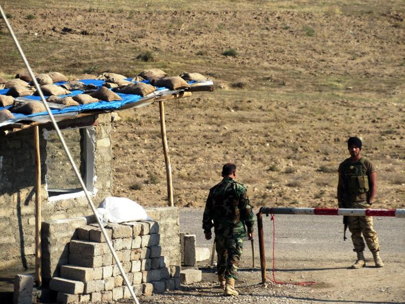 Peshmerga nella base di Bashiqa, 12 km da Mosul (Foto: Chiara Cruciati/Nena News)