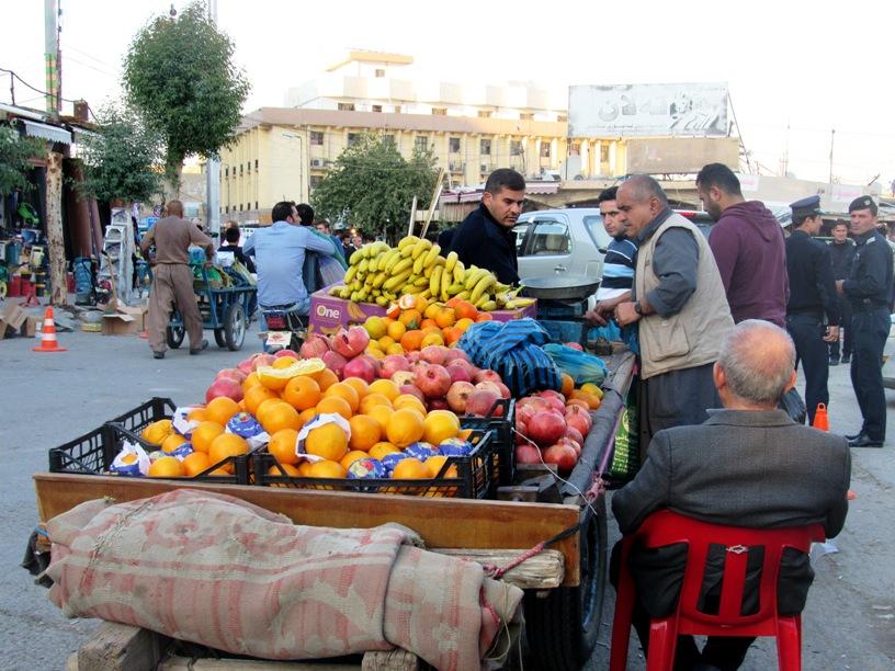 Venditori di frutta e verdura a Erbil (Foto: Chiara Cruciati/Nena News)