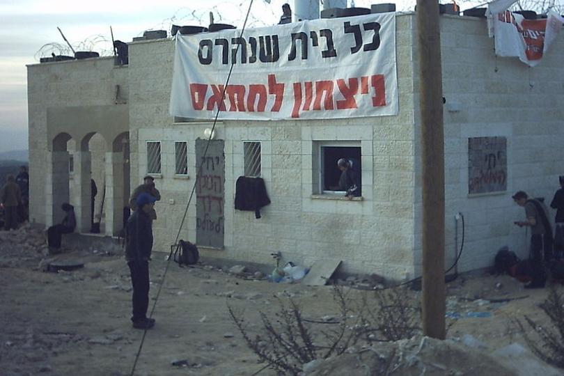 """Insediamento di Amona, febbraio 2006. In ebraico: """"Ogni casa distrutta è una vittoria per Hamas"""". (Foto: Reuters)"""