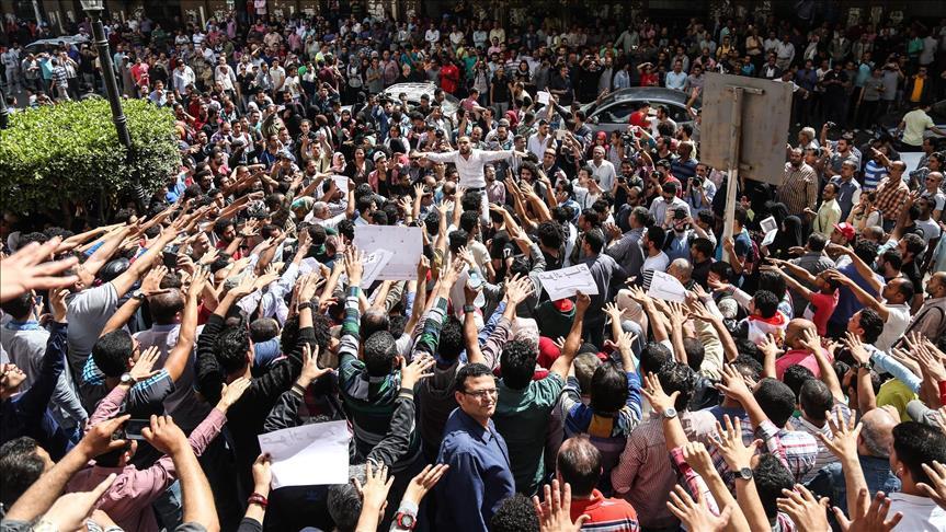 Manifestazione del 15 aprile 2016 davanti al sindacato della stampa contro la cessione di Tiran e Sanafir (Foto: Stringer/Anadolu Agency)