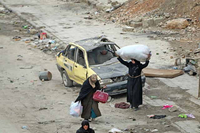 Civili lasciano Aleppo Est (foto Reuters)