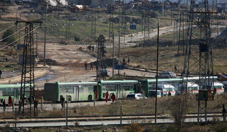 ALEPPO EST. Gli autobus in attesa dei jihadisti diretti a Idlib (foto Reuters)