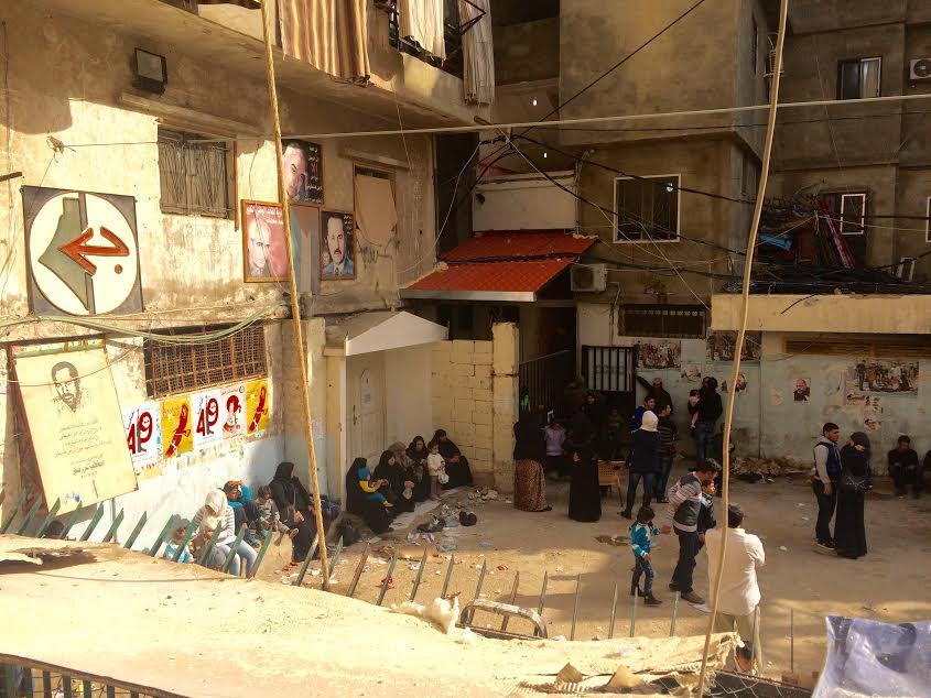 Shatila. Profughe siriane davanti a un ambulatorio medico (foto Michele Giorgio)