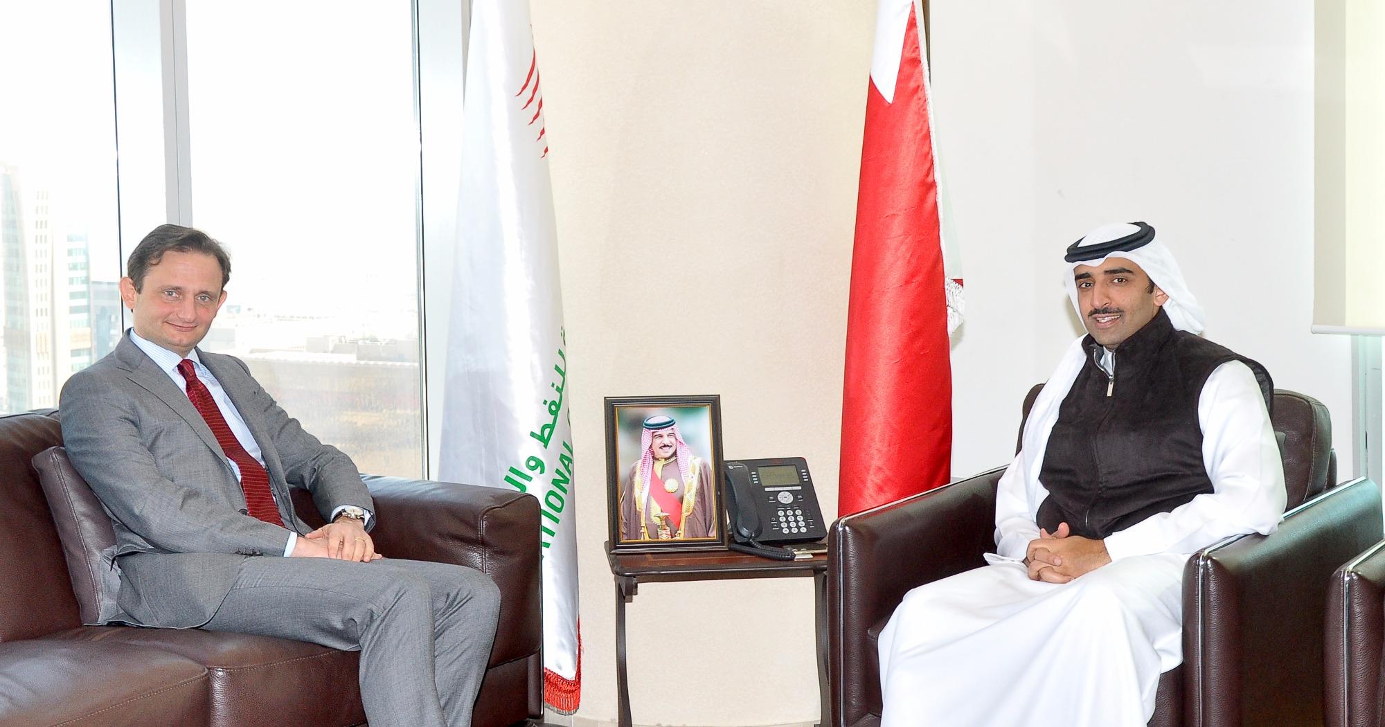 L'ambasciatore italiano a Manama Domenico Bellato con il Ministro del Petrolio Mohammed bin Khalifa bin Ahmed Al-Khalifa. Manama, gennaio 2017. Photo: Bahrain News Agency