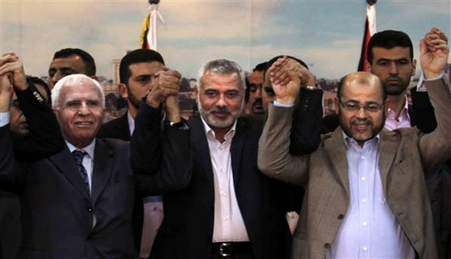 Strette di mano tra i rappresentanti di Fatah e di Hamas nel 2014. Ma la riconciliazione non è mai avvenuta