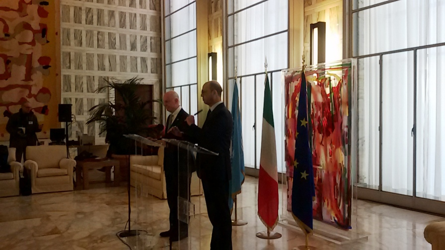 La conferenza stampa di ieri alla Farnesina tra l'inviato Onu de Mistura e il ministro degli Esteri italiano Alfano (Foto: Nena News)