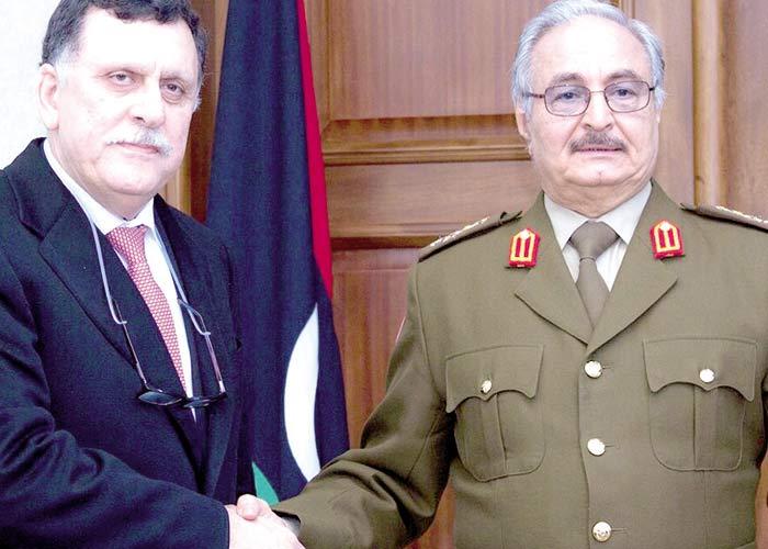 La stretta di mano tra il premier di unità al-Sarraj e il generale Haftar. Foto LaPresse