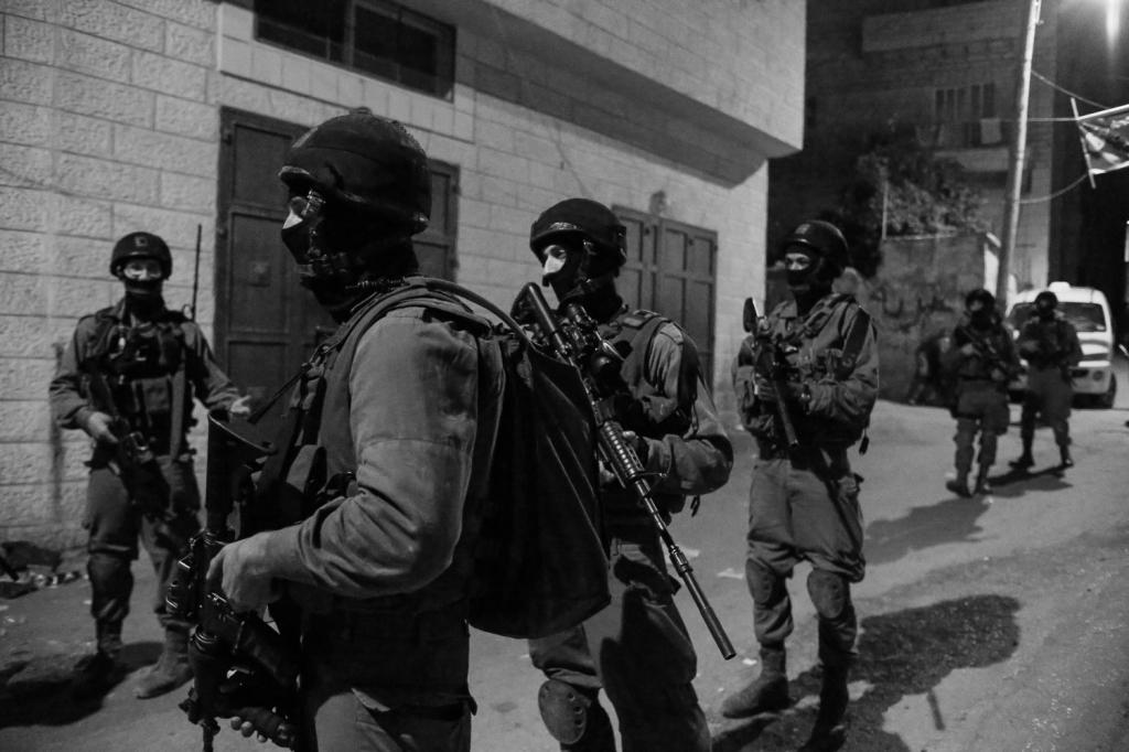 Esercito israeliano durante un blitz in Cisgiordania. (Foto: Kelly Lynn, al-Jazeera)