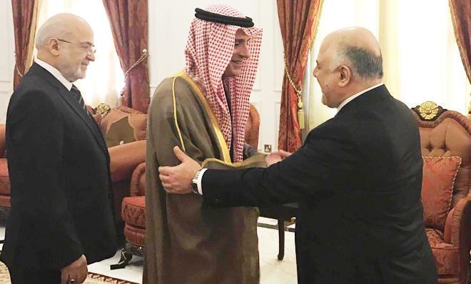 Il ministro degli Esteri saudita al-Jubeir con il premier iracheno al-Abadi (Foto: Spa)