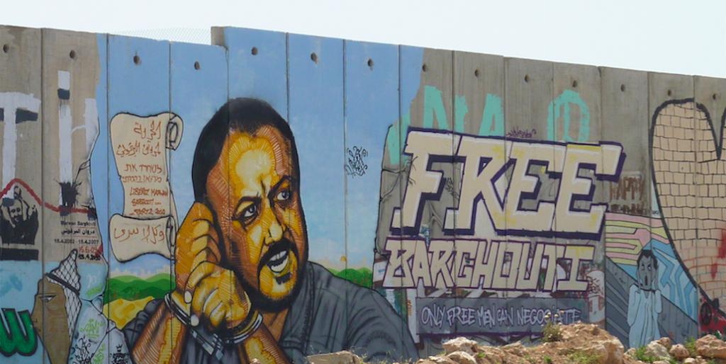 Il murales dedicato a Marwan Barghouti al checkpoint di Qalandiya